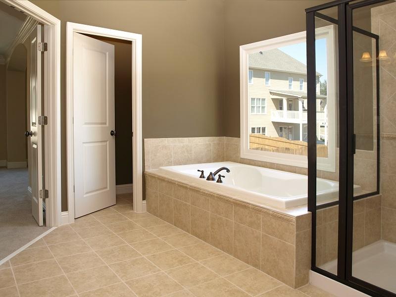 Проветривание ванной для предотвращения появления сырости и мухоловок